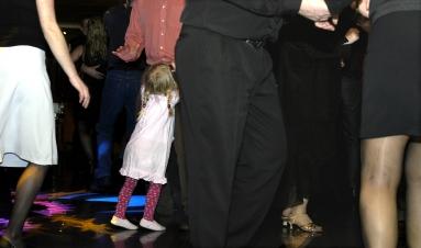 flicka bland ben på dansgolv